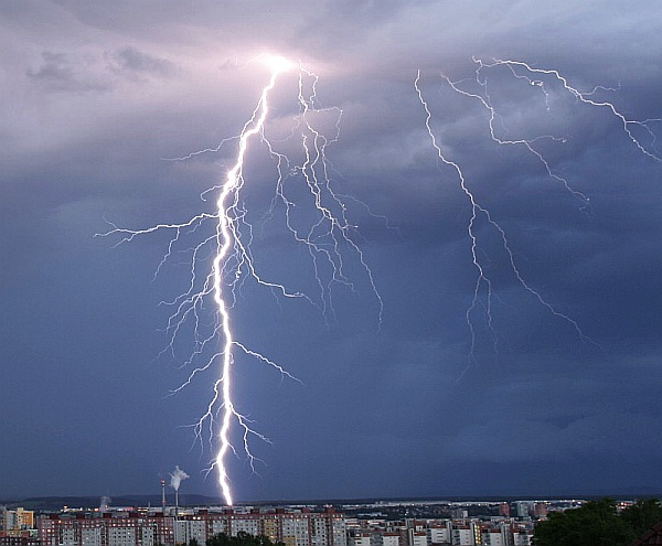 Krásné fotografie blesků na včerejších bouřkách