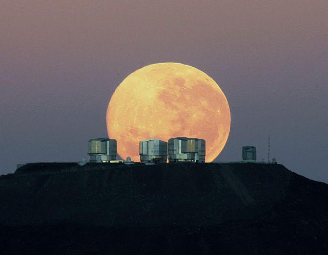 Obří Měsíc