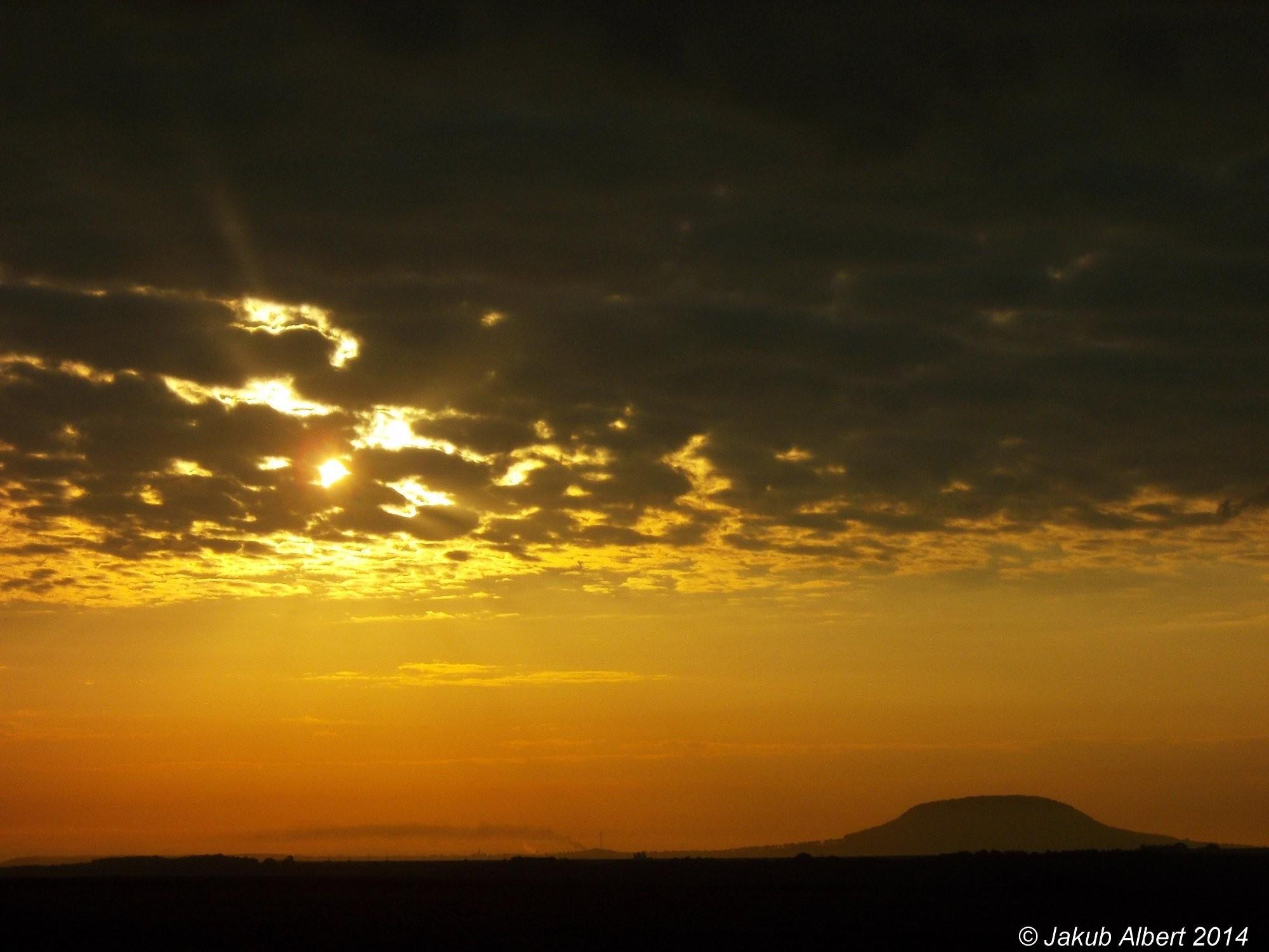 Východ slunce nad horou Říp
