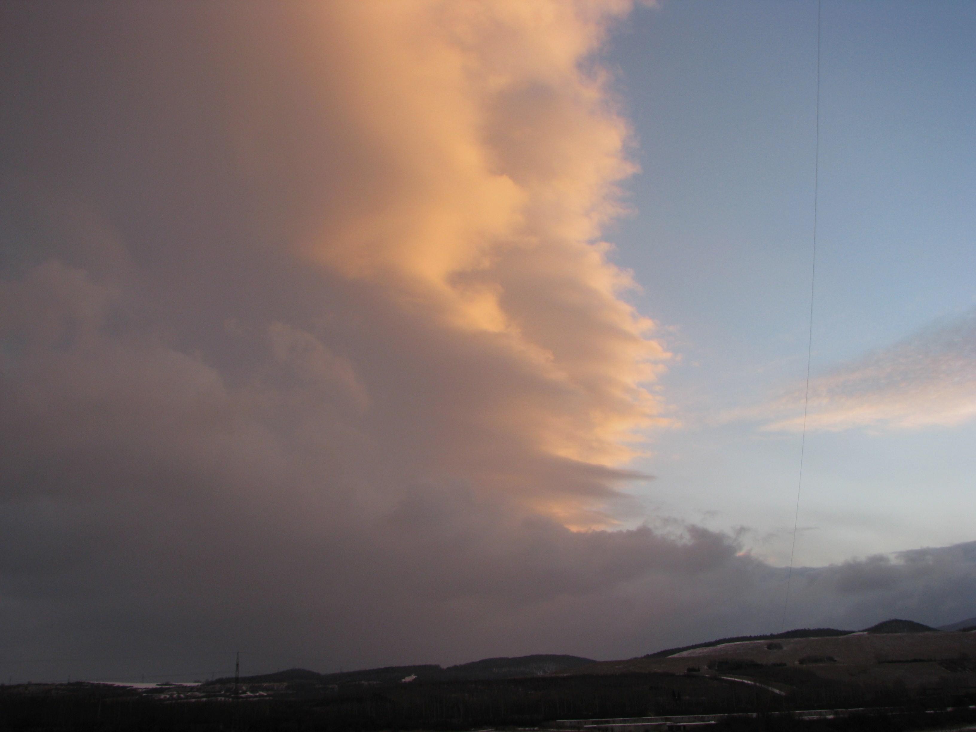 Východ Slunce v oblacích
