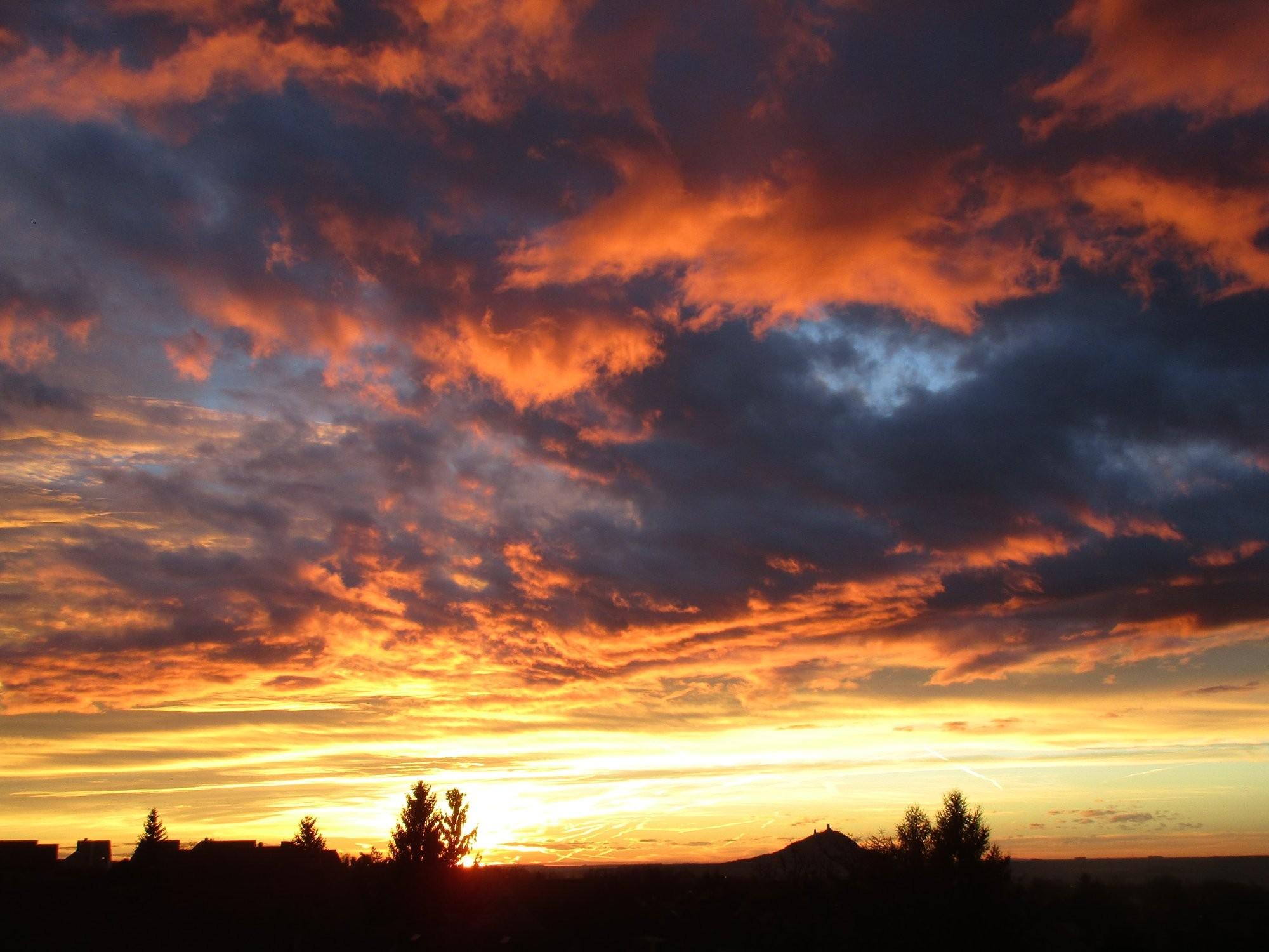 Východ slunce nad hradem Hazmburkem