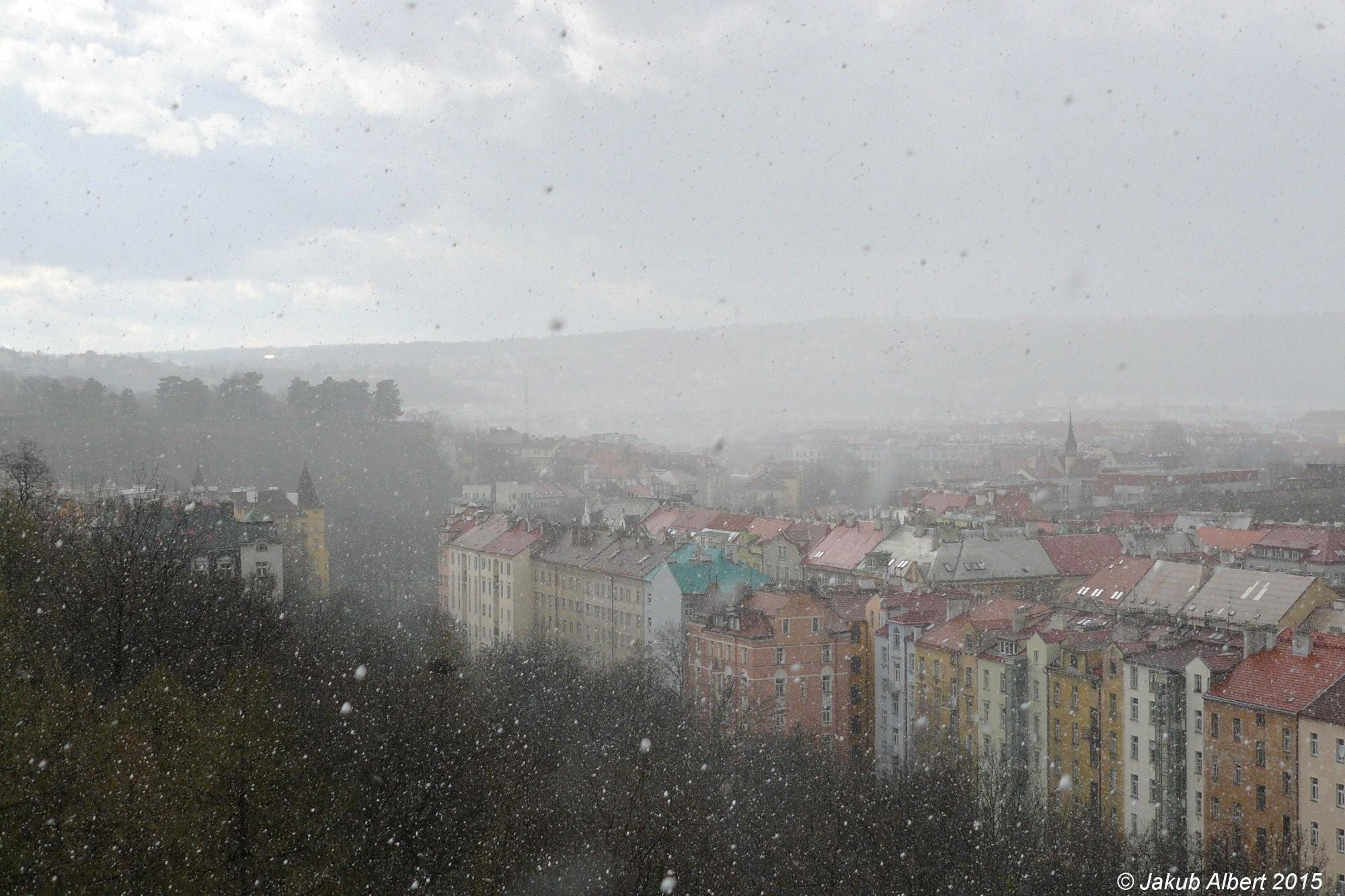 Sněhová přeháňka nad Prahou