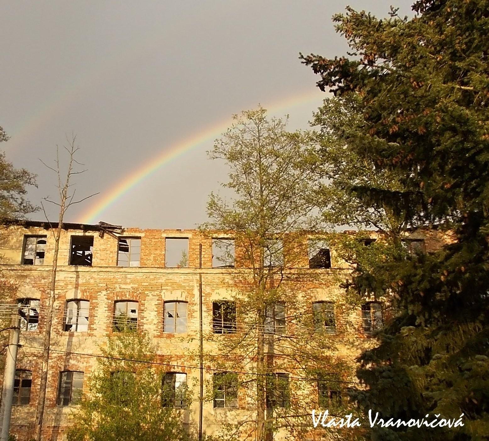 Duha nad rozpadlou fabrikou