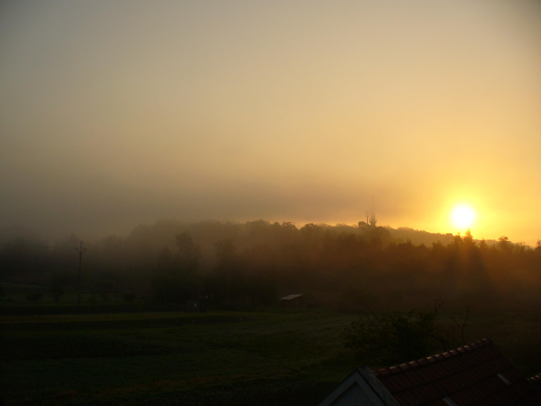 Východ slunce v mlžném oparu