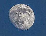 Měsíc na obloze před západem Slunce
