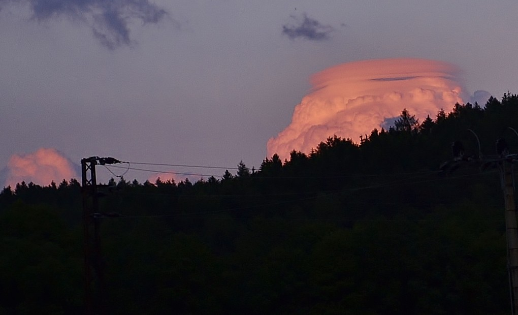 Zbarvený cumulus s vrstveným pileem