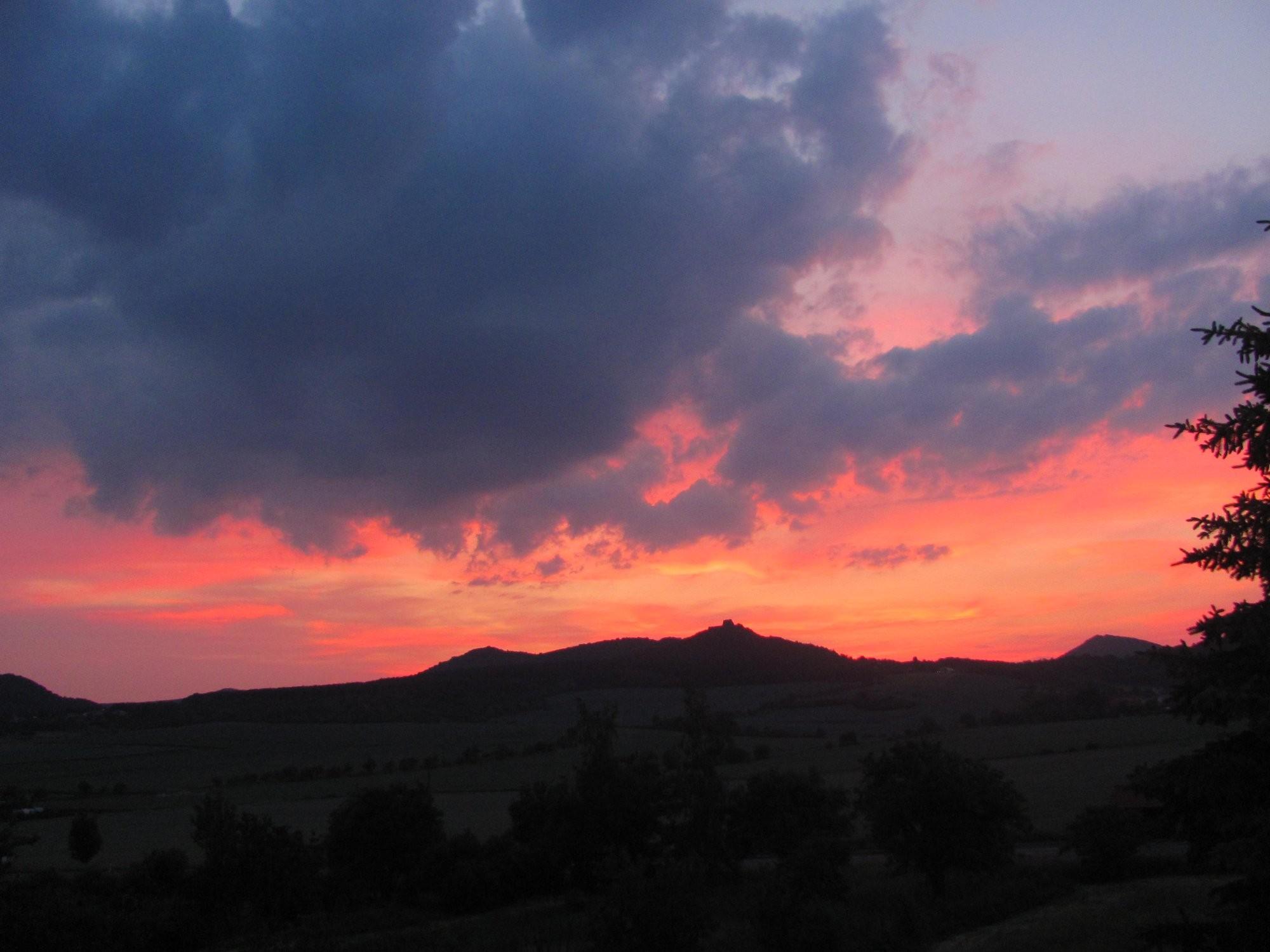 Západ Slunce nad hradem Oltářík