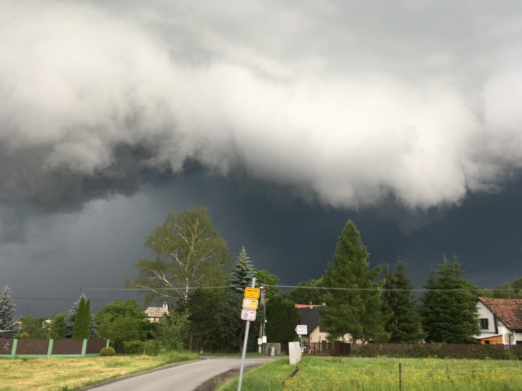 Mohutný shelf cloud