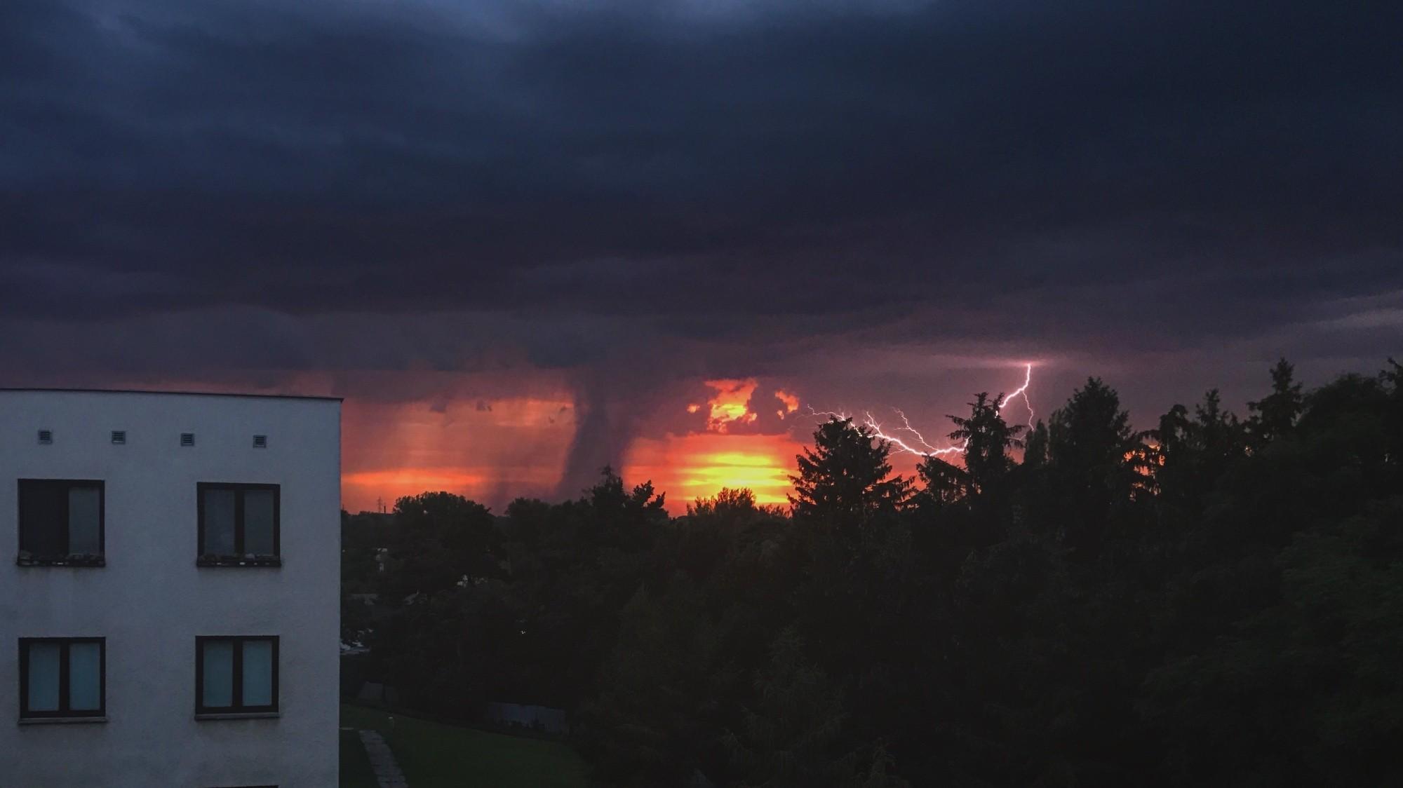 Bouře při západu slunce