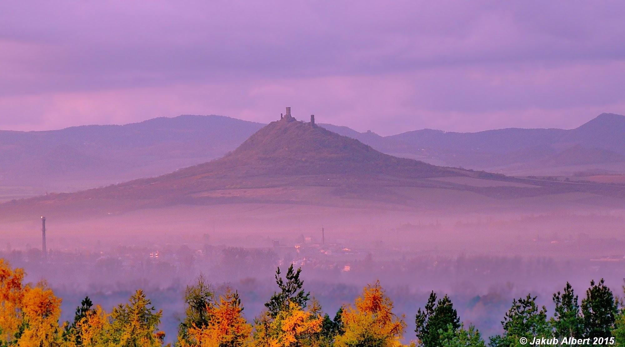 Podzimní mlhy pod Házmburkem