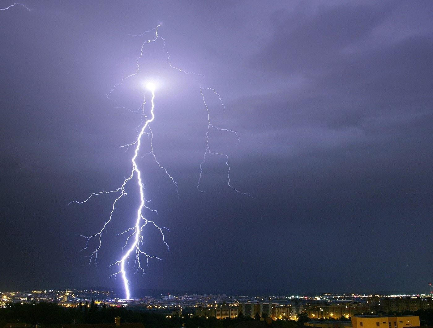 Silný blesk uhodil do centra Plzně