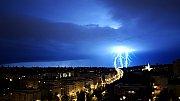 Ku Praze uhání bouřka