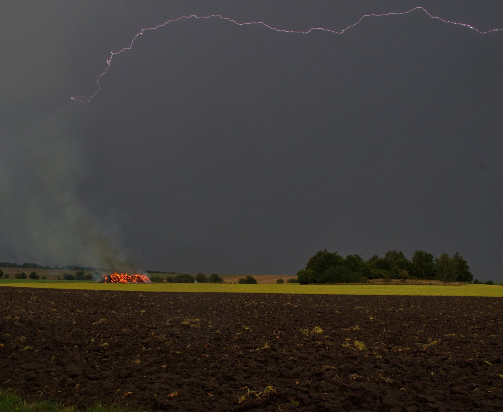 Stoh zapálený během bouřky