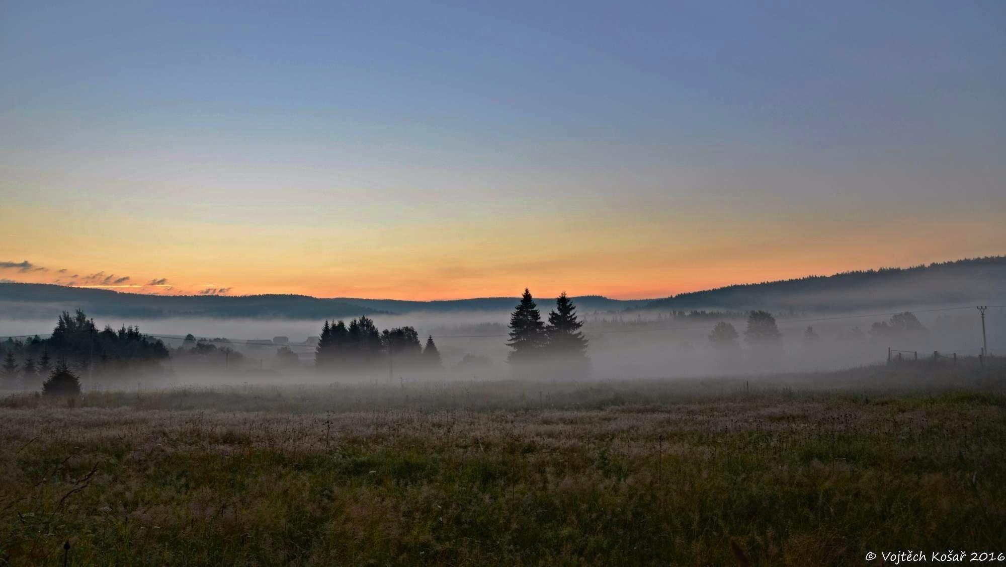 Východ slunce nad obcí Borová Lada