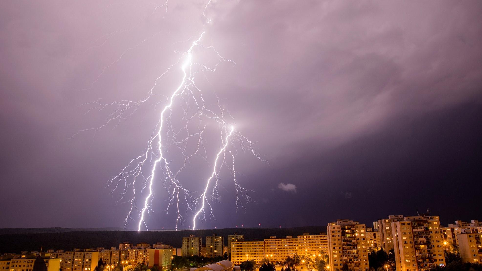 Blesky pri búrke nad Košicami