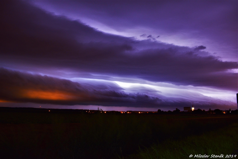 Půlnoční shelf cloud u Přerova