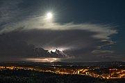 Tři zdroje světla v noci