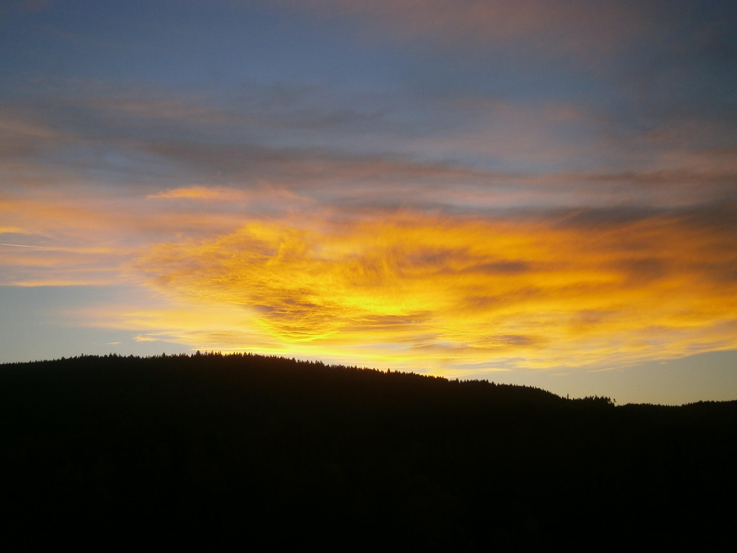 Ohnivý oblak nad vesnicí