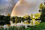 Duha nad rybníkem