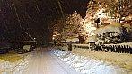 Zasílám Vám ještě jednu fotografii, kterou jsem pořídil cestou do práce. Cesta to byla zajímavá. :-)  V tento moment bylo okolo 47cm. Za 2 dny (od 30.11. do 1.12.) jsem naměřil přes 55mm srážek.  Samozřejmě u nás již není takto vysoká sněhová pokrývka vlivem přechodného oteplení, ale je slušných 32cm zmrzlého sněhu.