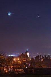 Konjunkce Měsíce Jupitera a Saturnu